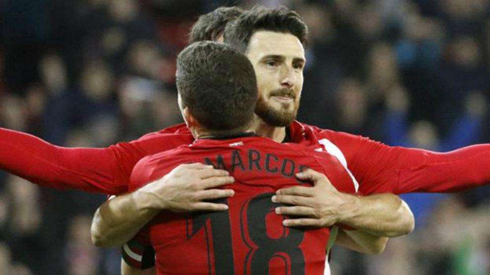 De Marcos celebra un gol de Aduriz (EFE)