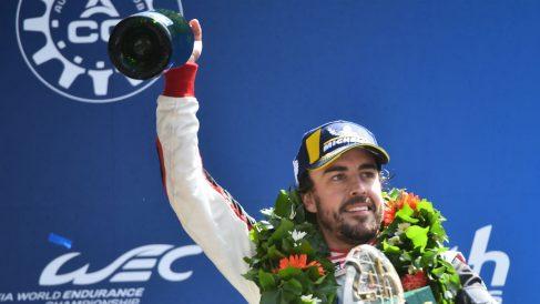 Fernando Alonso celebra un triunfo en una prueba del Mundial de Resistencia.
