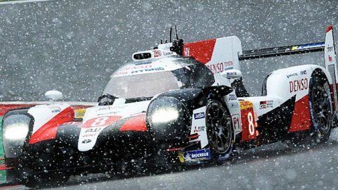 Fernando Alonso, conduciendo entre la nieve en Bélgica.