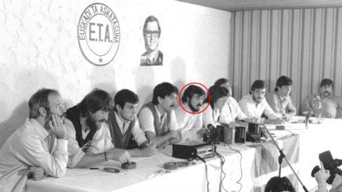 El candidato de Podemos Fernando López Castillo (quinto por la izquierda), en la rueda de prensa que diez dirigentes de ETA político-militar ofrecieron el 30 de septiembre de 1982 en Biarritz para anunciar la disolución de la banda (Foto: EFE)