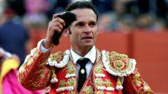 Antonio Ferrera saluda al público con la oreja cortada (Foto: EFE).