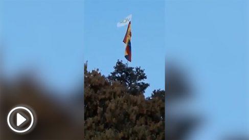 La bandera de España y la de Vox ondeando frente a la casa de Pablo Iglesias.