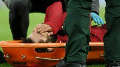 Salah se lleva las manos a la cabeza en la camilla. (Getty)