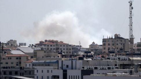 Una nube de humo marca el lugar del impacto de los misiles lanzados contra Israel.