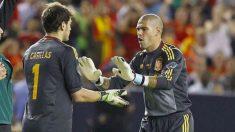Víctor Valdés y Casillas, en un partido de la Selección.