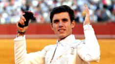 Guillermo Hermoso de Mendoza saluda con la oreja que cortó (Foto: EFE).