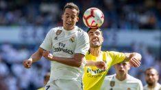Lucas Vázquez remata un balón ante el Villarreal. (EFE)