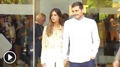 Iker Casillas, a su salida del hospital junto a su pareja Sara Carbonero.