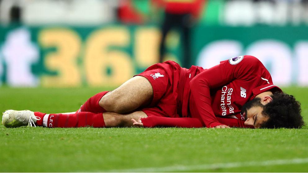 Mohamed Salah, se duele en el suelo tras el choque con el portero del Newcastle. (Getty)