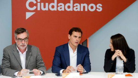 Albert Rivera, flanqueado por Inés Arrimadas y José Manuel Villegas en la Ejecutiva de Ciudadanos. (Foto: EFE)