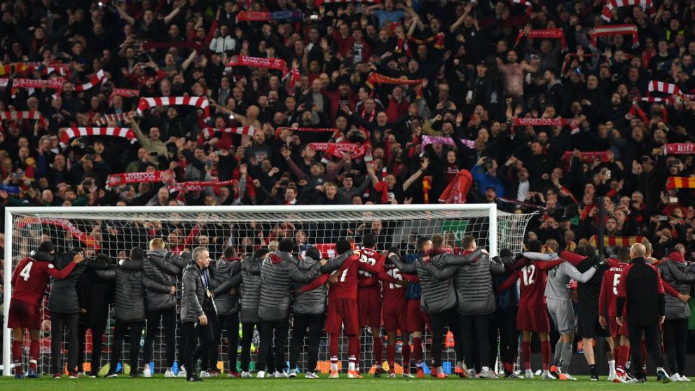 Los jugadores del Liverpool celebraron la remontada frente al Barcelona con Anfield. (Getty)