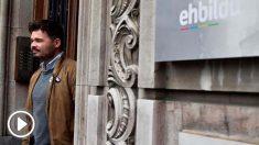 Gabriel Rufián (ERC) sale de la sede de Bildu. Foto: EFE.