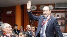 Paco Díez saluda en una Asamblea de la madrileña.