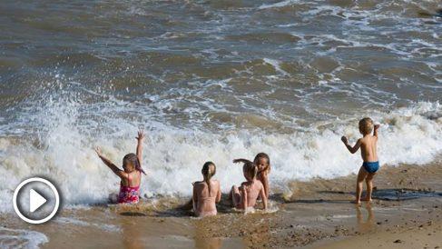 Nunca dejar solos a los niños en playas y piscinas