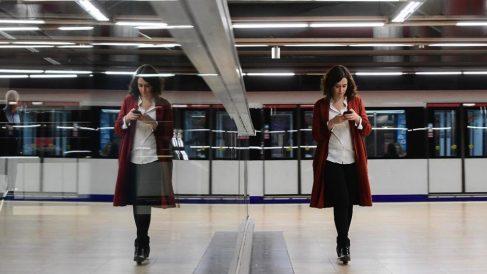 Isabel Díaz Ayuso en imagen de archivo paseando en la estación de Metro de Chamartín. (Foto. PP)