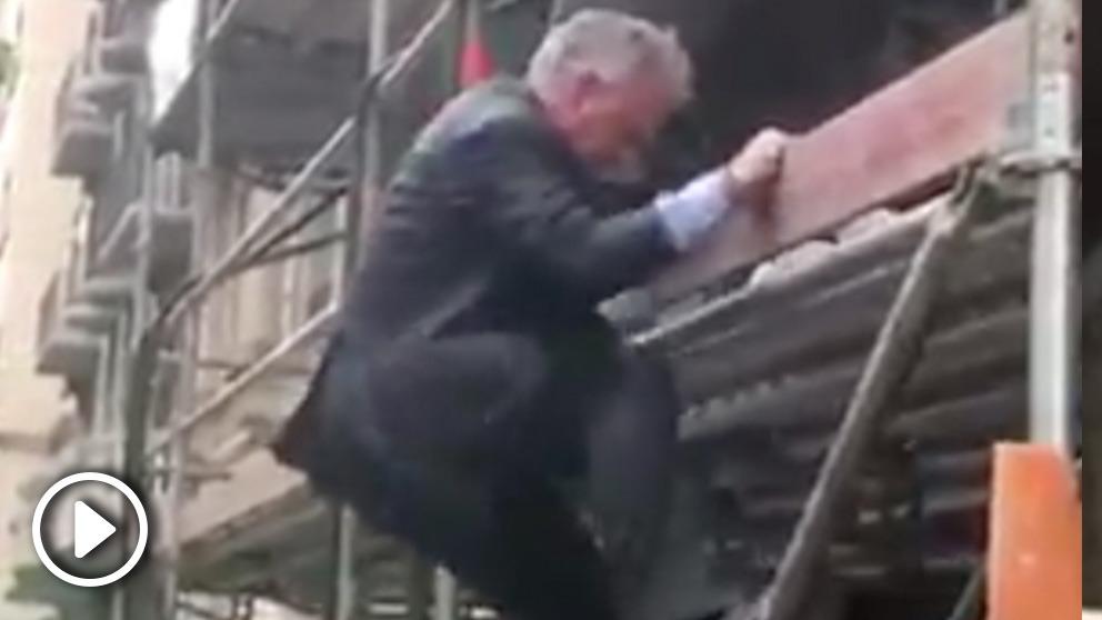 Josep Bou subiendo al andamio cuando apagaba el fuego en la calle Urgel.