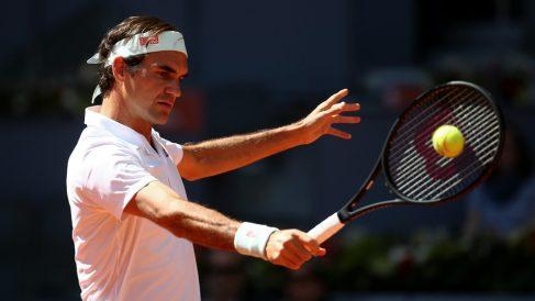 Federer conecta un revés. (Getty)
