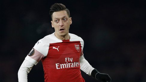Mesut Özil manda callar a la afición del Valencia en Mestalla