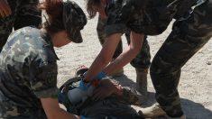 Mujeres militares durante un entrenamiento sanitario.