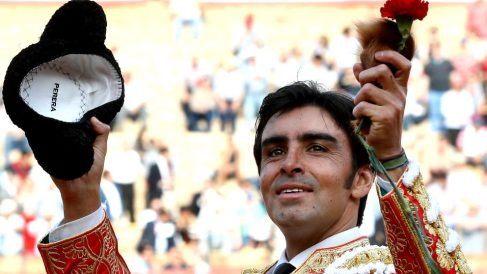 Miguel Ángel Perera saluda ocn la oreja que cortó a su primer toro (Foto: EFE)