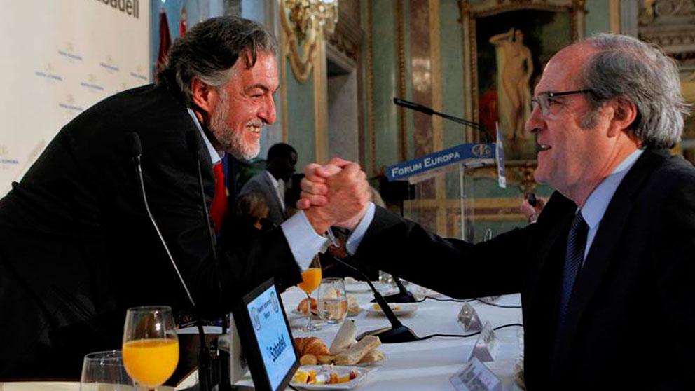 El candidato del PSOE a la Comunidad de Madrid, Ángel Gabilondo (d), saluda al candidato del PSOE al Ayuntamiento de Madrid, Pepu Hernández (i), durante un desayuno informativo organizado por Nueva Economía Fórum, este miércoles en Madrid. Foto: EFE