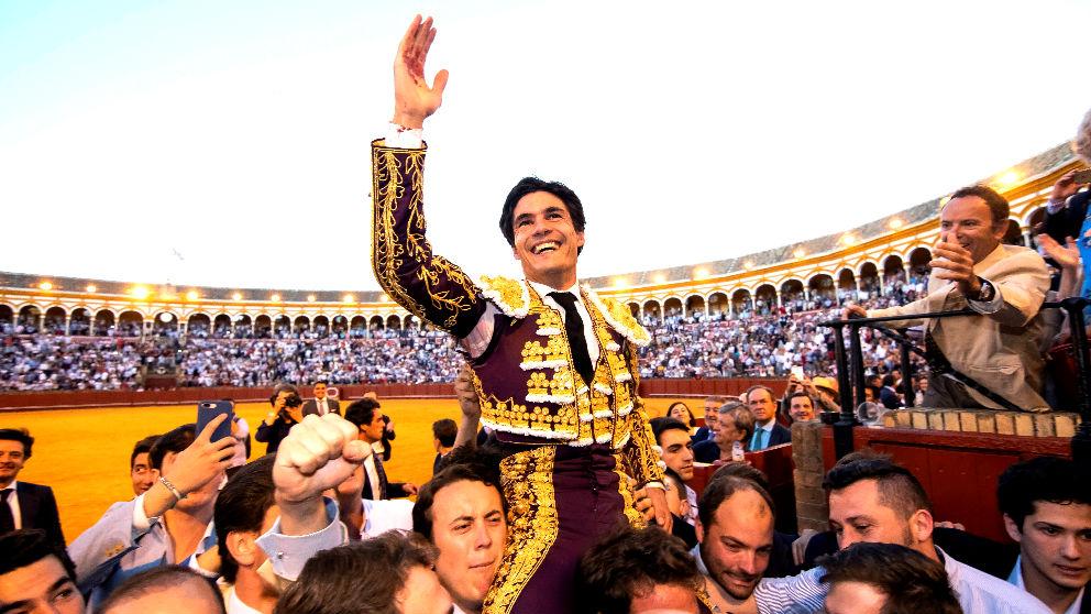 Pablo Aguado sale a hombros este viernes en Sevilla (Foto: EFE).