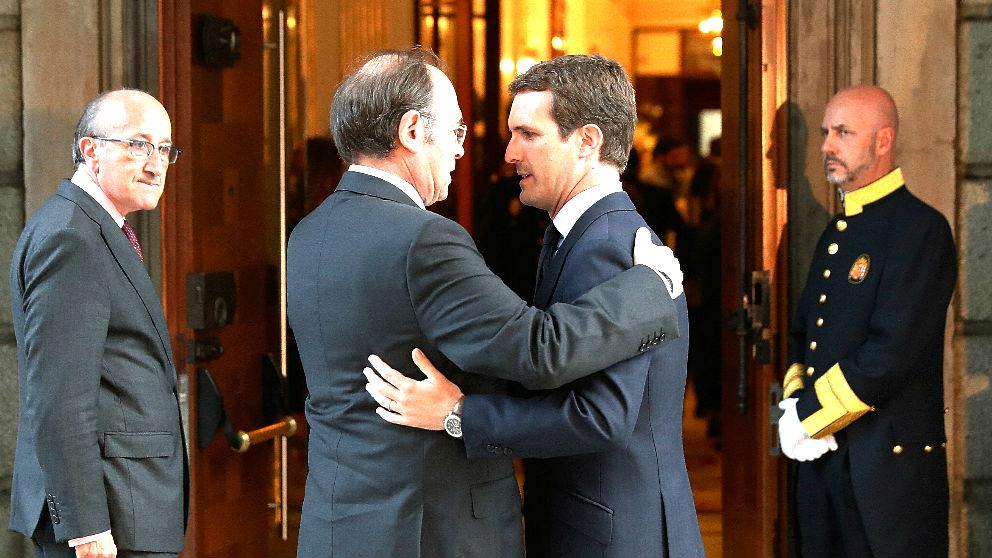 Casado saluda a Pío García Escudero a su llegada al Congreso (Foto: EFE).