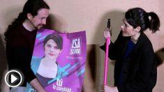 Pablo Iglesias esta noche, durante la pegada de carteles de Podemos (Foto: EFE).