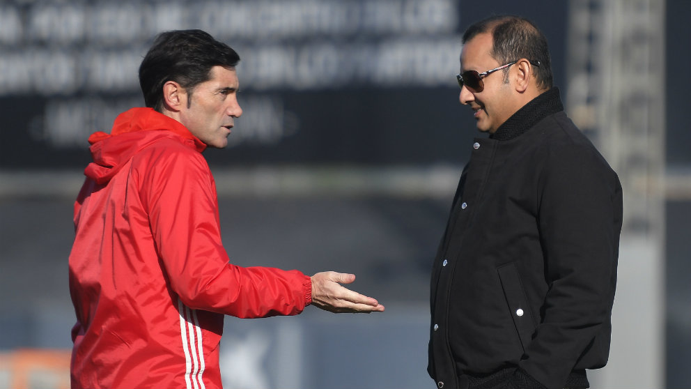 Marcelino charla con Anil Murthy durante un entrenamiento del Valencia (AFP)