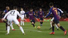 Leo Messi se dispone a disparar a portería durante un Barcelona – Valencia. (Getty)