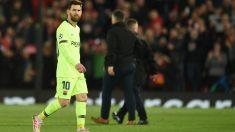Leo Messi abandona Anfield tras la dolorosa derrota contra el Liverpool. (AFP)