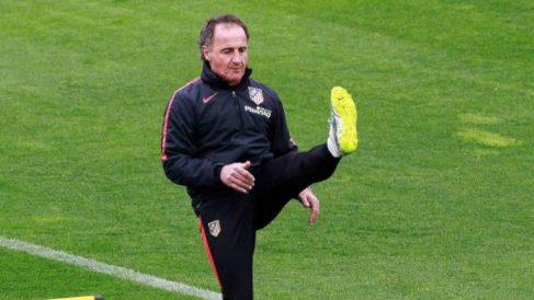 El Profe Ortega durante una sesión de entrenamiento con el Atlético de Madrid (EFE)