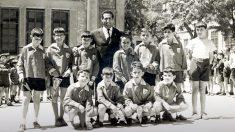 Imagen de Pérez Rubalcaba cuando iba al colegio junto a su profesor.