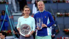 Halep y Bertens (derecha), con sus respectivos trofeos. (EFE)