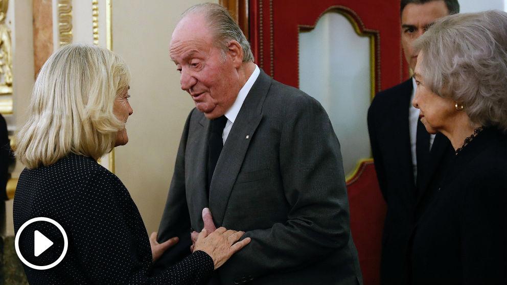 Los reyes eméritos dan el pésame a Pilar Goya. Foto: EFE