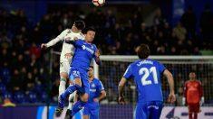 Nemanja Maksimovic disputa un balón aéreo a Fede Valverde (AFP)