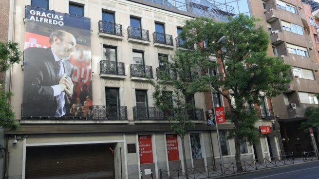 El PSOE cubre su sede con una foto de Rubalcaba como hizo con Sánchez en campaña electoral