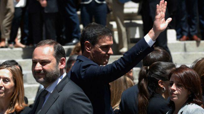 Un hombre echa unos papeles sobre el féretro de Rubalcaba y Sánchez lo saca del brazo