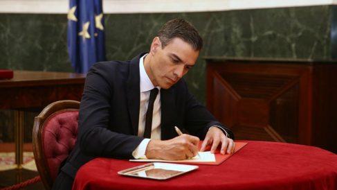 Pedro Sánchez dedicando unas palabras a Rubalcaba en el libro de condolencias. Foto: Europa Press