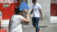 Una mujer se resguarda del sol con un abanico. Foto: Europa Press