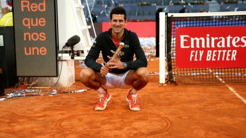Djokovic, con el trofeo de campeón en Madrid. (Getty)