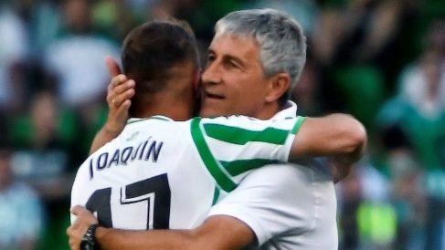 Joaquín Sánchez abraza a Quique Setién (EFE)