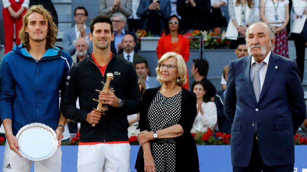 Manuela Carmena, junto a Ion Tiriac y finalistas del Mutua Madrid Open. (EFE)