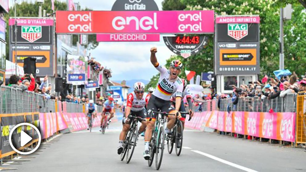 Ackermann levanta el brazo en señal de triunfo en el Giro de Italia.