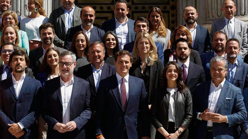 Arrimadas se situó junto a Rivera en la foto oficial del grupo parlamentario de Ciudadanos en el Congreso. (Foto: EFE)
