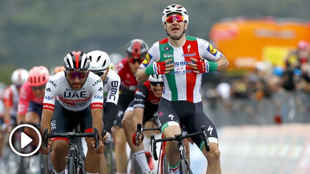 Gaviria y Viviani, en la llegada de la tercera etapa del Giro de Italia. (AFP)