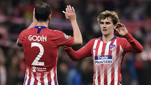 Griezmann y Godín durante un partido del Atlético esta temporada. (AFP)