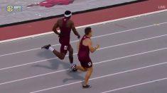 Un atleta se lanza de cabeza y entra en meta a lo Superman para ganar una prueba de 400 metros vallas