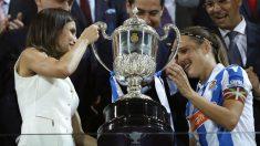 Sandra Ramajo recibe la Copa de manos de la Reina Letizia. (EFE)