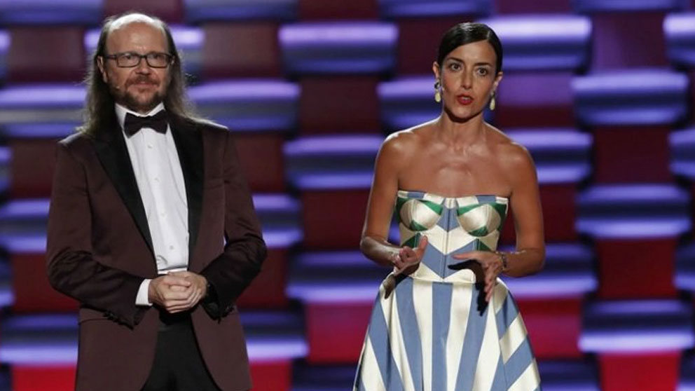 El español Santiago Segura y la mexicana Cecilia Suárez durante un momento de la gala de los VI Premios Platino del Cine Iberamericano. Foto: Twitter